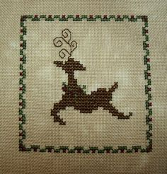 Holly Reindeer - It's Daffycat: Free cross stitch http://itsdaffycat.blogspot.com/search/label/Free%20cross%20stitch