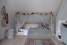 Op maat gemaakt kinderbed van vuren balken en panelen. Het bed is demontabel en precies gemaakt zodat deze onder het schuine dak past.