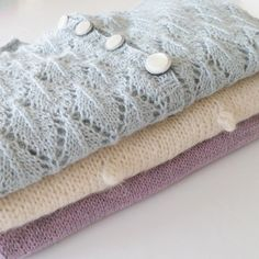 • B i r t h d a y p r e s e n t •  I've been knitting up a storm these past few weeks, finishing up presents for my niece. A pale shade of Disneys Frozen, as this is her favorite ❄  #hjemmestrik #strikkemamma #strikktilbarn #barnestrikk #northernleaves #frozenstyle #frozenknitting #paelas #popcorngenser #leneholmesamsøe #bellabluse #knittinginspiration #knitforkids #knitinspo123 #knitted_inspiration #i_loveknitting #nevernotknit #knittingaddict #strik #knit #babystrikpåpinde3