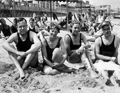 Piloten-Ferien: Im Sommer 1933 besuchten Amy Johnson-Mollison (zweite von rechts) und ihr Mann (rechts) den Autor George Palmer Putnam und seine berühmte Gattin, die Pilotin Amelia Earhart, in den USA. Gemeinsam mit den Putnams feierten die Mollisons dort ihren ersten Hochzeitstag. Amy hatte ihre Kollegin Earhart - die erste Frau, die allein über den Atlantik und Pazifik flog - während einer Vortragsreise kennengelernt.
