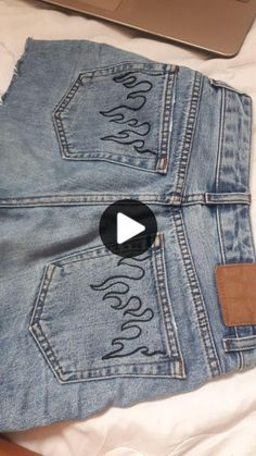 Painted Jeans, Painted Clothes, Custom Clothes, Diy Clothes, Costura Diy, Cute Comfy Outfits, Clothing Hacks, Jean Outfits, Couture