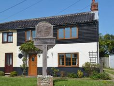 Lobster Cottage Lessingham nr. Happisburgh Lobster Cottage is a holiday home is situated in Lessingham and is 26 km from Norwich. The property boasts views of the city and is 25 km from Great Yarmouth.  The unit is fitted with a kitchen. There is a private bathroom with a bath or shower.