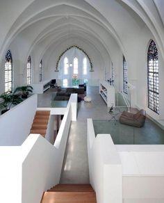 Transforman un iglesia en una espectacular vivienda. En 2007, el estudio Zecc Architects remodeló, sin cambiar su exterior ni estructura básica, la Iglesia cristiana de San Jacobo, ubicada en la ciudad de Utrech.
