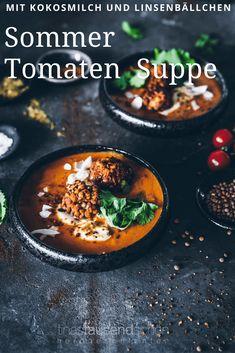 Ein köstliches Rezept für eine super aromatische Tomatensuppe mit vielen Gewürzen. Ahornsirup, Kurkuma und Kreuzkümmel verleihen dieser mega leckeren Tomatensuppe ein unsagbar tolles Aroma, Kokosmilch sorgt für die Cremigkeit. Dazu noch knusprige Linsenbällchen - Perfekt! Food Dishes, Curry, Soup, Ethnic Recipes, Dinner, Salads, Coconut Milk, Turmeric, Soups And Stews