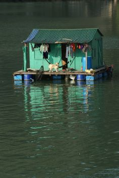 Wash line in a floating house (Halong Bay), Vietnam. Nature Architecture, Floating Architecture, Shanty Boat, Hunt Photos, Vietnam Voyage, Floating House, Cabins And Cottages, Little Houses, Tiny Houses