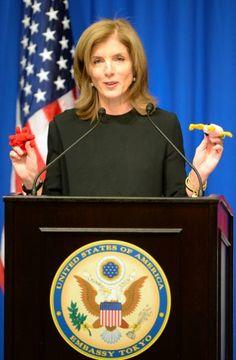 東日本大震災の被災者からの贈り物を手にスピーチするキャロライン・ケネディ駐日米国大使=東京都港区のホテルオークラで2013年11月27日