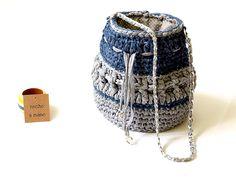 Bolso bombonera azul marino/gris en tela reciclada tejido a crochet hecho a mano