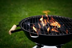 Ditch the gas grill If you want to master the art of the barbecue, experts agree that cooking on a gas grill is out. Although your food can still be delicious if you cook it on a gas grill, if you want to barbecue properly, you have to use charcoal. Grilling Tips, Healthy Grilling, Clean Grill, Bbq Grill, Infrared Grills, Best Charcoal Grill, Charcoal Smoker, Perfect Grill, Tastefully Simple