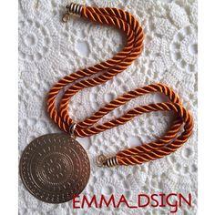 Elegante gargantilla elaborada en cordón de seda con dije de gold filled. Pieza única, hecha a mano.