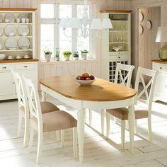 Mesa de comedor extensible (se amplía de 181 cm a 231 cm) con estructura de madera de roble lacada en color marfil y tapa ovalada en tono natural. Un cálido mueble de esencia provenzal y estilo clásico para el salón o el comedor.