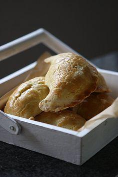 Pieczone pierogi z fetą, ziemniakami i rozmarynem.