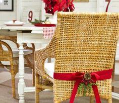 Den Stuhl festlich zu Weihnachten dekorieren - mit Tannenzapfen