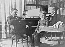 Einstein in 1920 op bezoek in Leiden bij zijn vriend en collega Paul Ehrenfest, op Einsteins schoot zit de zoon van Ehrenfest: Paul Ehrenfest jr.