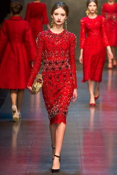 Dolce and Gabbana FW 2013 2014 şık kırmızı elbise modelleri elegant red dress models Red Fashion, Fashion Art, Fashion Show, Womens Fashion, Fashion Design, Fashion 2014, Fall Fashion, Review Fashion, Style Fashion
