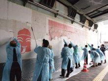 【Vantan(バンタン)】恵比寿駅高架下壁面デザインプロジェクト 地域の皆さんによる白塗り作業