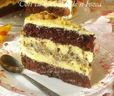 Acest Tort cu nuci, stafide si bezea este un regal. Dupa deserturile cu ciocolata, pe locul doi in preferintele noastre sunt cele cu nuca. Nu stiu daca pozele reusesc sa va transmita asta, d… Romanian Desserts, Romanian Food, Cake Recipes, Dessert Recipes, Something Sweet, Cake Cookies, Delicious Desserts, Sweet Treats, Food And Drink