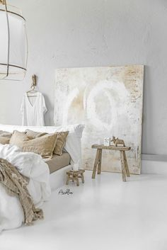 Amazing Art Painting with the linen bedding colours and wooden vintage stools 😍 Client: Sabine Maes Art… Vintage Stool, Vintage Furniture, Art Furniture, Minimalist Bedroom, Decorating On A Budget, Rustic Design, Linen Bedding, Bedroom Decor, Bedroom Ideas
