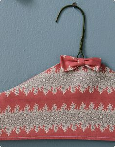 made with love: fabric covered hangers – Design*Sponge Easy Sewing Projects, Quilting Projects, Sewing Hacks, Sewing Crafts, Diy Crafts, Sewing Tips, Sewing Tutorials, Sewing Patterns, Fabric Covered Hangers