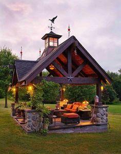 pergola en bois qui imite la toiture d'une maison, une véritable oasis de la détente, des lumières qui créent une ambiance romantique, cosy, design très original