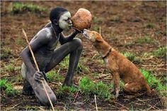 Central African hunter shares water with his hunting dog People hunt with dogs all over the world. It doesn't matter the technology used in the hunt or the game pursued. Hunting with dogs has proven to be a very efficient way of procuring meat thro… Fotojournalismus, Africa People, Paris Match, Tribal People, African Tribes, Hunting Dogs, People Of The World, African Beauty, World Cultures