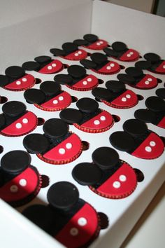 Mickey Mouse Cupcakes - Might have to make these for Serenity's party.