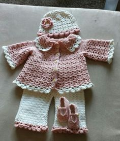 free pattern It's months. Crochet Bebe, Baby Girl Crochet, Crochet Baby Clothes, Crochet For Kids, Knit Crochet, Crochet Hats, Baby Girl Patterns, Baby Sweaters, Baby Knitting