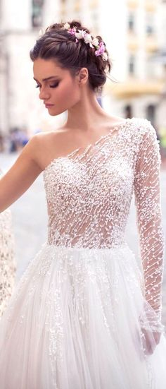 White wedding dress. All brides imagine having the perfect wedding, but for this they need the best wedding outfit, with the bridesmaid's outfits enhancing the brides dress. The following are a few tips on wedding dresses.