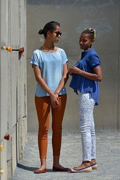 39 of Sasha and Malia Obama's Best Fashion Looks - Style Evolution of Sasha and Malia Obama Malia Obama, Barack Obama Family, Obamas Family, Obama Daughter, First Daughter, Obama Sisters, Barak And Michelle Obama, Presidente Obama, Malia And Sasha