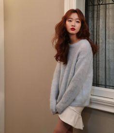 Adorable white pleated skirt under a Dusty Blue oversized pullover Asian Woman, Asian Girl, Dramas, Kim So Eun, White Pleated Skirt, Korean Actresses, Korean Celebrities, Airport Style, Kpop
