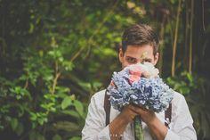 Foto no noivo com buquê de hortênsias