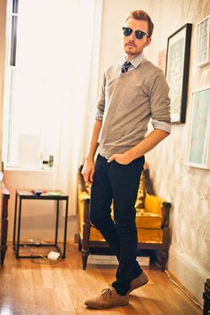 Light brown Urban Outfitters shoes with black lip service jeans and brown shoes. Navy neck tie with peach stripes. This is a cozy and trendy sweater and neck tie outfit combo. Preppy Casual, Smart Casual, Dapper Gentleman, Gentleman Style, Sweater Outfits, Men Sweater, Gray Sweater, Sweater Shirt, Urban Outfitters Shoes