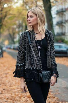 Boho Style, Festival Style: All black, Zara boho cardigan blouse kimono, boy bag, black Levis jeans, necklace layering - Hamburg, Streetstyle, Outfit, Blogger