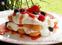 Tiramisù allo yogurt con fragole e frutti di bosco, cremosissimo e ottimo dessert, senza uova con yogurt greco e frutta fresca! fantastico..