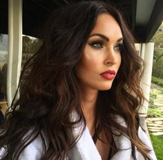 Megan fox big volume hair style with curls Maquillaje Megan Fox, Megan Fox Makeup, Megan Fox Lips, Megan Fox Hair Color, Megan Fox Style, Megan Denise Fox, Stunning Makeup, Fall Hair, New Hair