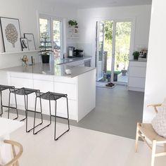 Nowoczesna kuchnia z białymi szafkami i szarym blatem