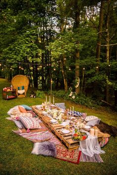 Boho Midsummer Wedding: Boho Hochzeit im Wald mit einem wunderbaren Picknick! Boho Midsummer Wedding: Boho wedding in the woods with a wonderful picnic! Outdoor Dinner Parties, Party Outdoor, Picnic Parties, Backyard Engagement Parties, Outdoor Birthday, Outdoor Food, Summer Parties, Night Parties, Bridal Shower