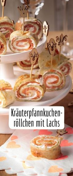 Herbal pancakes rolls with salmon- Kräuterpfannkuchenröllchen mit Lachs Quick appetizers for the next champagne reception … - Quick Appetizers, Quick Snacks, Appetizers For Party, Pancake Roll, Best Pancake Recipe, Pancakes From Scratch, Party Buffet, Roasted Almonds, Snacks Für Party