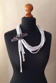 Silvia's necklaces, necklace with zip flower/collana di fettuccia con broche di zip.