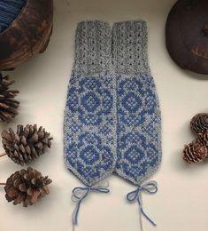 Vottemønster,Sokkemønster ,mønster til pannebånd og mini Selbu 🐑🇳🇴 | FINN.no Knit Mittens, Knitting Patterns, Gloves, Monogram, Socks, Mini, Fashion, Threading, Moda