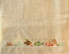Serviette de toilette poissons et coraux brodée main au point de croix : Textiles et tapis par emilie-broderie / Alittlemarket.com