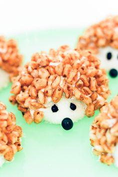 Hedgehog Treats, Hedgehog Food, Hedgehog Cake, Hedgehog Birthday, Hedgehog Cookies, Birthday Party Snacks, Snacks Für Party, Birthday Treats For School, Party Desserts