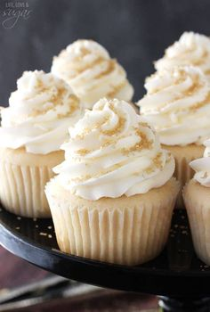 These Champagne Cupcakes are super moist and full of champagne flavor! They are the Best Easy Champagne Cupcakes I have ever made. They'd be perfect For Fourth Of July, or. Cupcake Recipes, Cupcake Cakes, Cupcake Ideas, Cup Cakes, Dessert Recipes, Champagne Cupcakes, Kahlua Cupcakes, Gold Cupcakes, Gold Cake