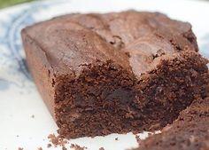 Denne chokoladekage hører til de fugtige af slagsen, altså en chokoladekage, der er lidt konfektagtig i midten, og den indeholder både kakao og lys og mørk chokolade. Husk, at jo bedre kakao og chokolade du ofrer på din chokoladekage, des bedre bliver resultatet.
