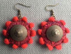 Boucles d'oreilles textiles rouge profond et bronze. par VeronikB