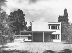 House Stichweh in Hanover, Germany, by Walter Gropius & TAC - Architektur Classical Architecture, Landscape Architecture, Architecture Design, Le Corbusier, Bauhaus Style, Old Abandoned Houses, Walter Gropius, House On A Hill, House 2
