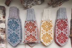 Vottemønster,Sokkemønster ,mønster til pannebånd og mini Selbu 🐑🇳🇴   FINN.no Mittens, Monogram, Socks, Mini, Fashion, Stockings, Moda, Fashion Styles, Fingerless Mittens