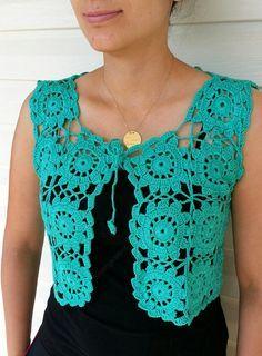 Este chaleco de cuadrado de la abuela fue a ganchillo por mi. Está hecho de hilo de algodón verde 100%. Pero si no como algodón o usar en días fríos de invierno, puedo hacerlo en cualquier hilo que desee. El patrón es tan lindo. Usted puede usar con el vestido de noche o con ropa de diario. Es posible usar vestido o camisas. Es divertido y un diseño super elegante...  El tamaño es pequeño y también medianas. Cada tamaño y color es posible. Póngase en contacto conmigo para pedidos…
