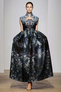 This was the first time I attended the Haute Couture fashion show of promising designer Yiqing Yin. A fascinating collection, where jellyfish-shaped dresses Style Couture, Couture Mode, Haute Couture Dresses, Couture Week, Couture Fashion, Runway Fashion, Fashion Show, Paris Fashion, Fashion Online