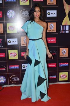Lisa Haydon at Star Guild Awards Types Of Dresses, Nice Dresses, Casual Dresses, Western Dresses, Western Outfits, Designer Gowns, Indian Designer Wear, Deepika Padukone Dresses, Indowestern Gowns