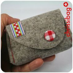 chrissibag: key bag made of wool felt - goes ratzfatz Baby Sewing Projects, Sewing Projects For Beginners, Sewing Hacks, Diy Coin Purse, Felt Purse, Fabric Bags, Felt Fabric, Waterproof Picnic Blanket, Easy Crafts To Sell
